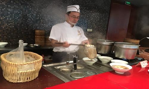 """烤冷面""""撩撥""""味蕾 鐵板燒設備詮釋美食的""""魅力"""""""