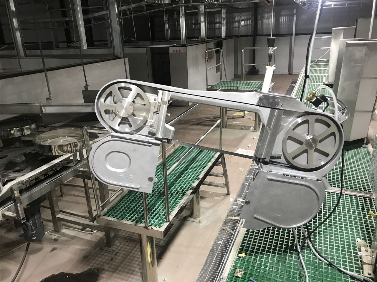 河北霸州某大型生猪屠宰厂选用凯斯乐公司生猪屠宰工具一套,现场安装调试中